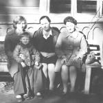 Васильева Раиса Михайловна (в центре) с дочкой и внучкой (слева) 1975-1979 год